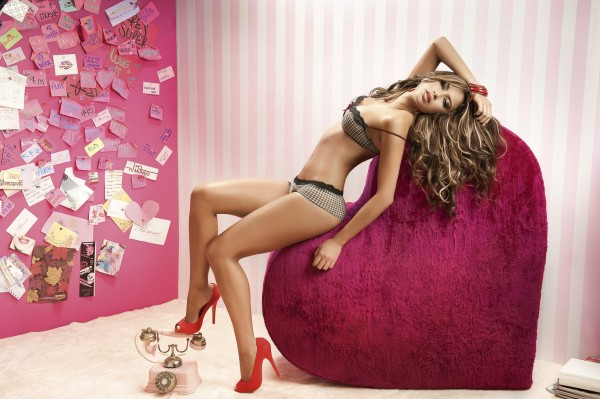 Каталина Отальваро (Catalina Otalvaro) стройная сексуальная и красивая модель позирует полуобнаженной в трусиках