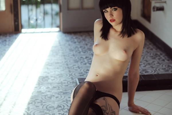 Mellisa Clarke симпатичная дева показывает груди