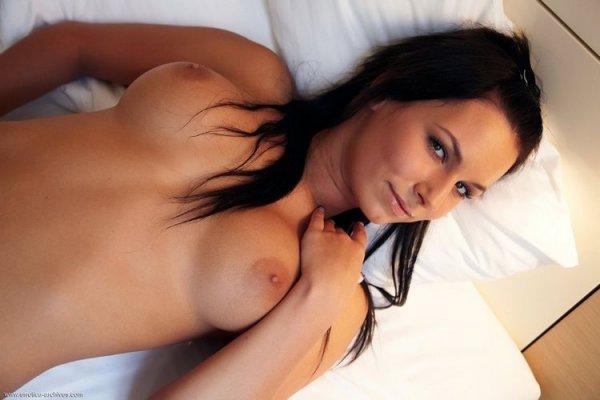 София голая девушка позирует на кровати показывая груди и киску