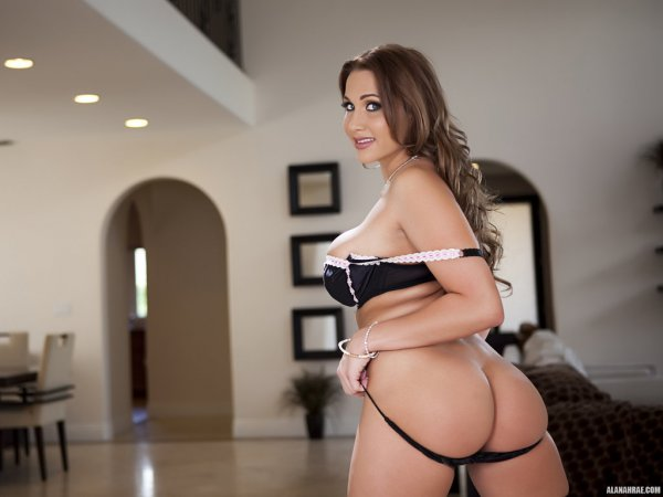 Alanah Rae порно актриса с большими дойками показывает киску