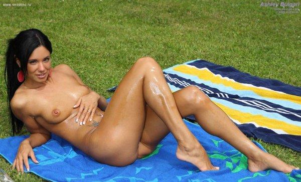 Ashley Bulgari порно модель с отличной фигурой показывает свою письку