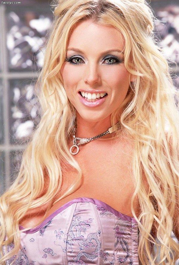 Brittney Skye шикарная голая порно звезда с дилдо