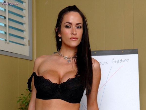Carmella Bing сексуальная порно актрисса раздевается в офисе