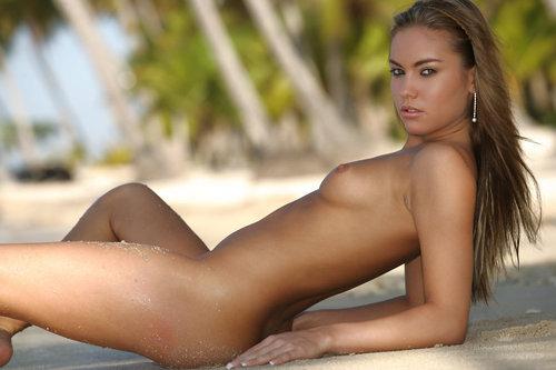 Милашка позирует на пляже