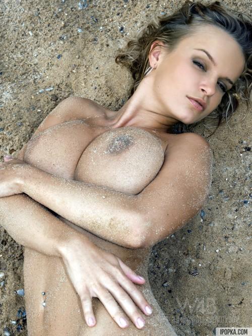 Девушка в песке