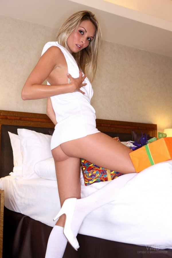 Девушка позирует на кровати