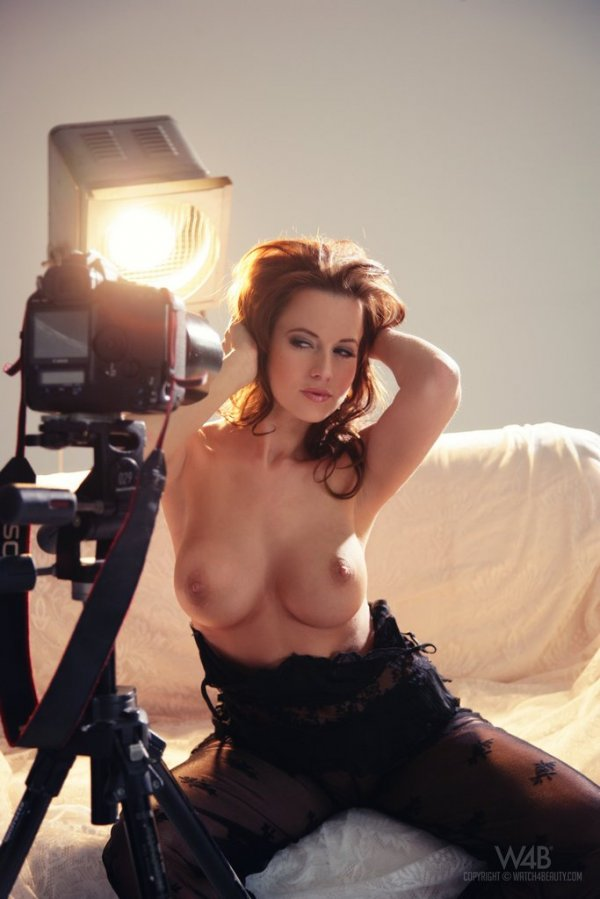 Рыжая красавица позирует перед камерой
