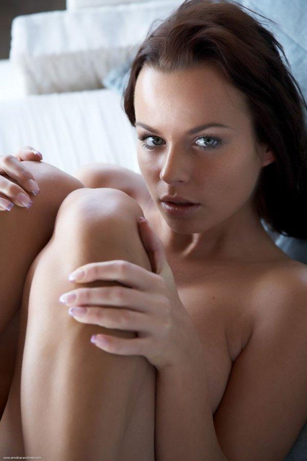 Милая девушка показывает свое тело