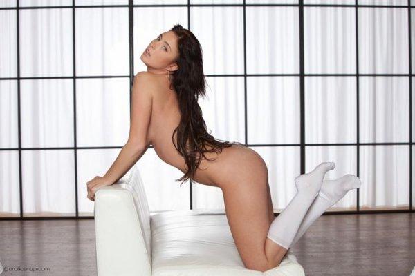 Симпатичная девушка в белом