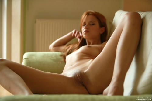 Привлекательная рыжая девушка