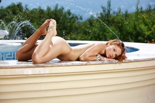 Обнаженная девушка у фонтана эротика