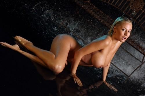 Сексуальная девушка в эротической фотосесии