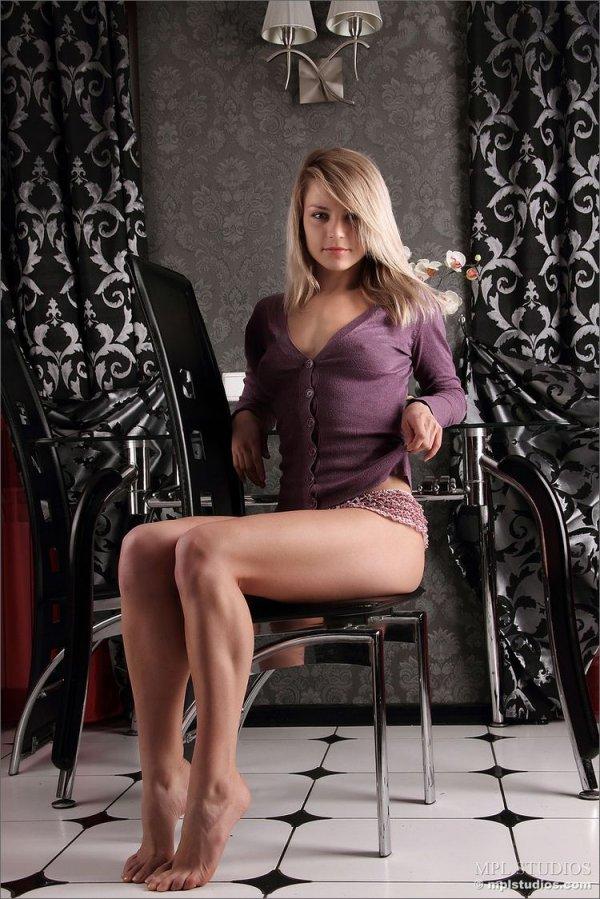 Молодая блондинка эротика