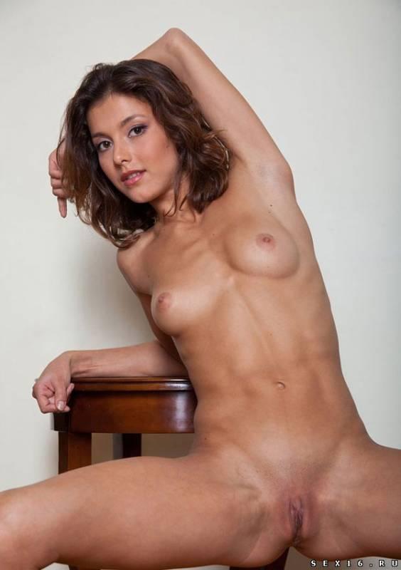 Красивая стройная девушка эротично позирует
