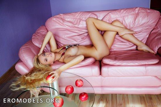 Прекрасная блондинка Jennifer Mackay