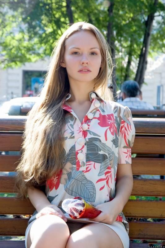 Молодая симпатичная и стройная девушка