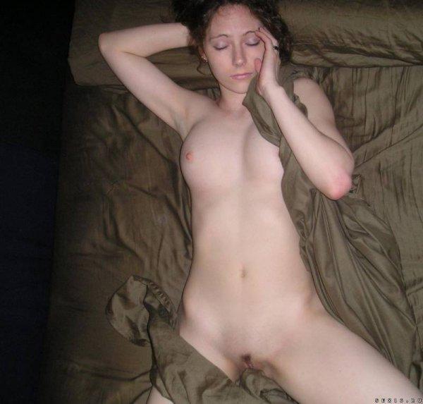 Симпатичная белоснежка лежит в постели частные фото