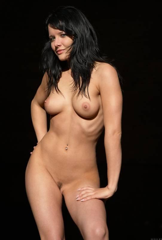 Симпатичная голая брюнетка