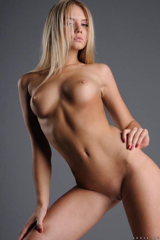 Стройная молодая девушка с отличной фигурой