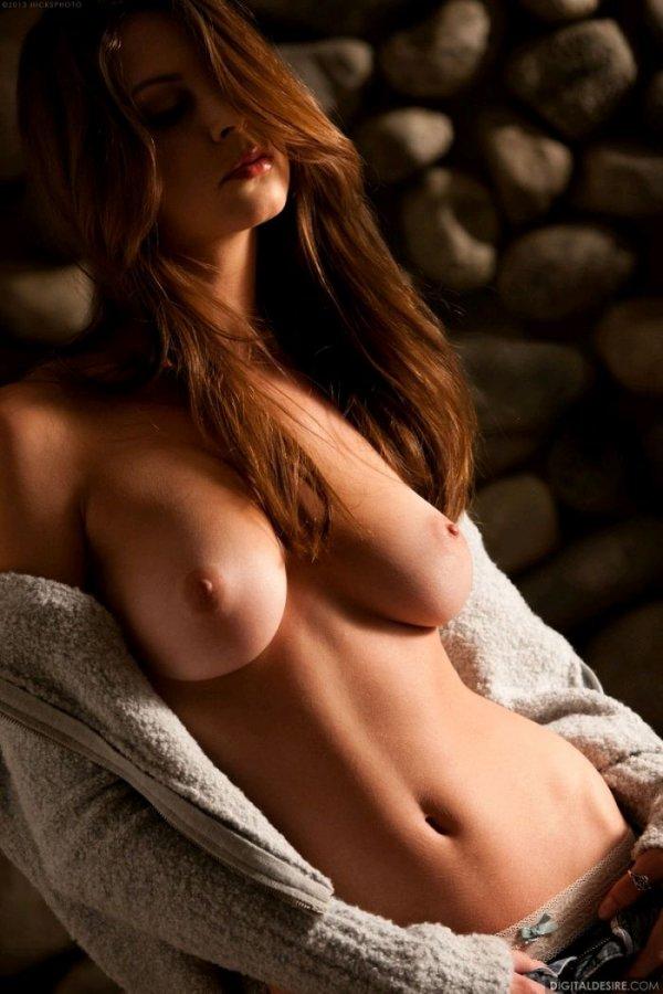 Симпатичная девушка эротично обнажается