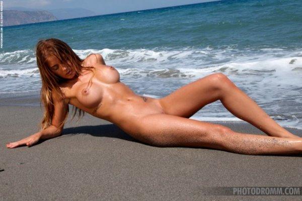 Классная Водолейка Alexa Varga позирует на пляже