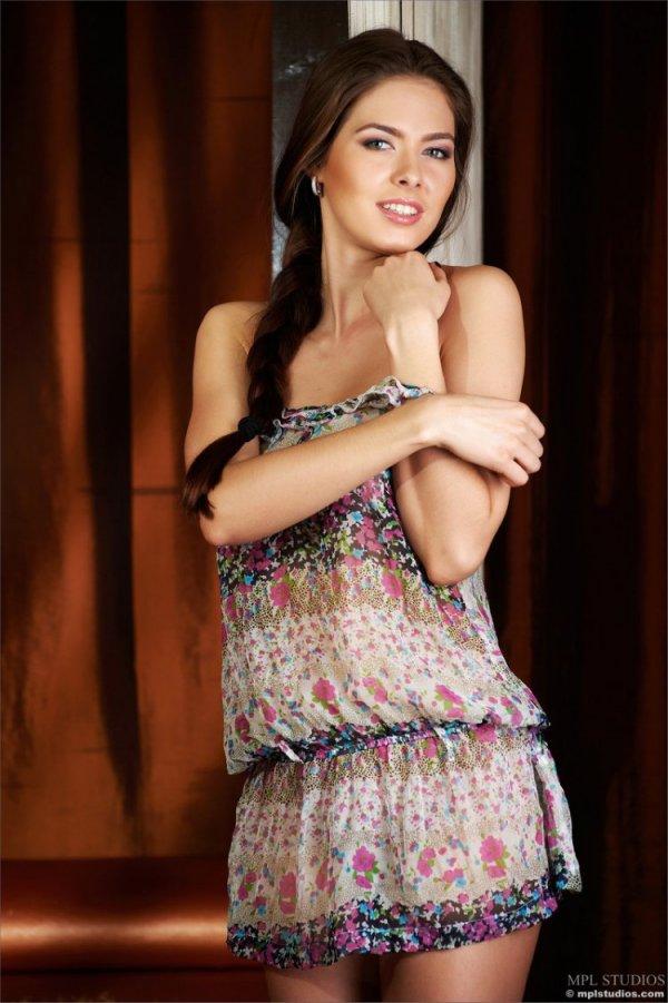 Молодая и стройная Arianna Roxx