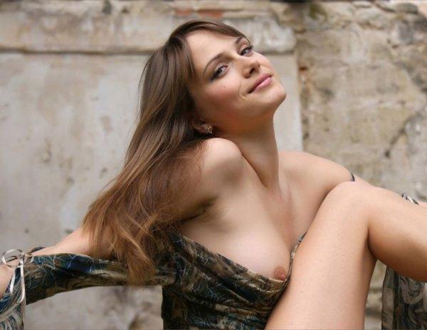 Рита стройная сексуальная девушка голая показывает письку