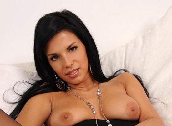 Sabrina голая девушка с дилдо на кровати