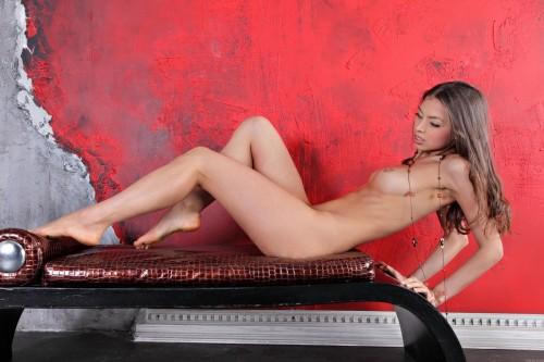 Обнаженная молодая девушка в эротических позах