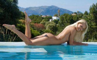 Молодая порно звезда Водолей Pinky June
