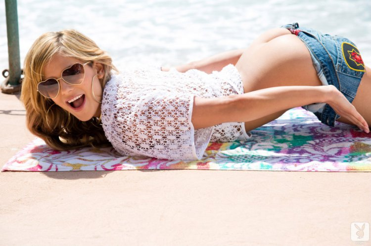 Симпатичная стройная audrey обнажается на пляже