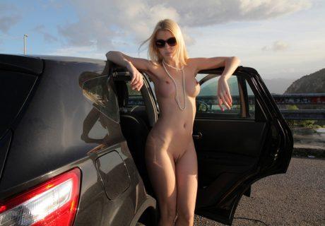 Классная блондинка позирует голой в авто